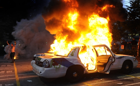 vancouver-riot-2011-police-car-on-fire