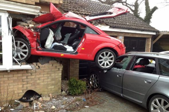 Red+Audi+TT+that+crashed+into+a+house+in+Suffolk